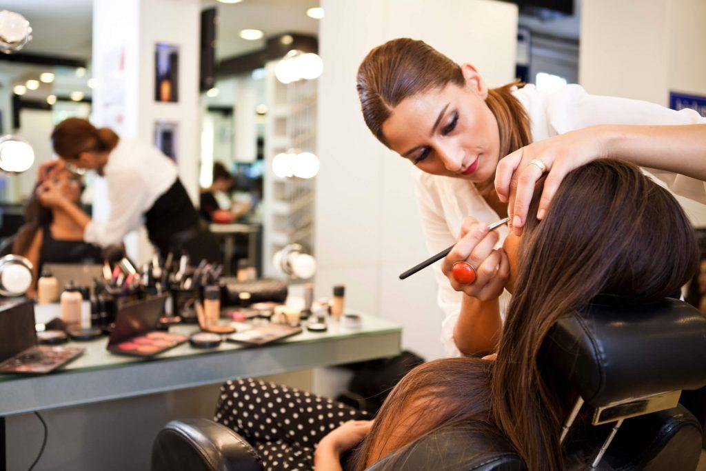 por que oferecer serviços de penteado e maquiagem no salão de beleza